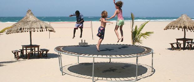 Trampolin Kinder-Test am Strand